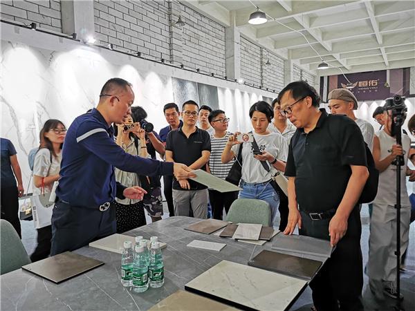拉米斯公司總經理李曉生與記者在展廳現場交流.jpg